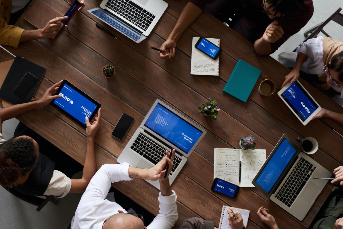réunion avec plusieurs écrans